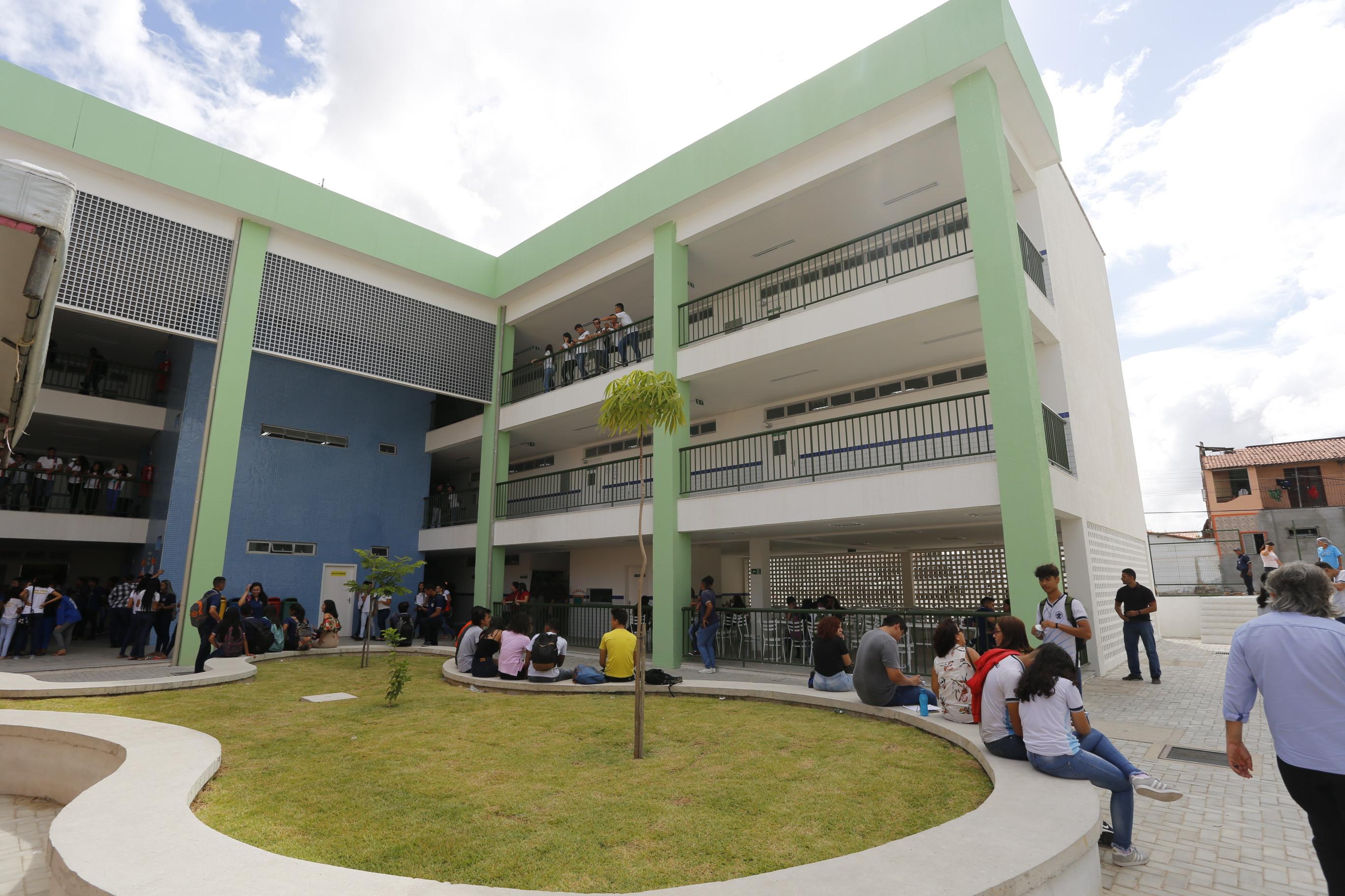 Alunos e professores da EEFM Deputado Paulino Rocha recebem sede renovada no bairro Passaré, em Fortaleza